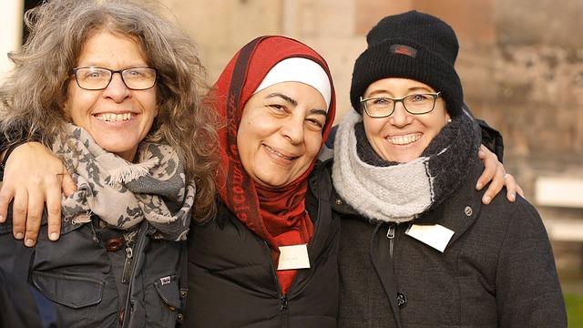 women welcoming refugees - world refugee day 2017
